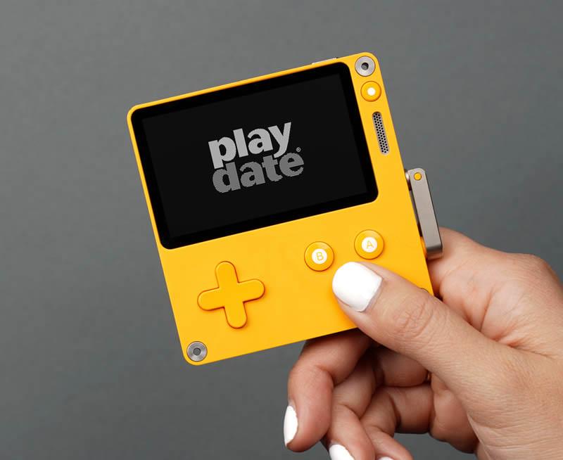 Playdate Handheld in einer Hand