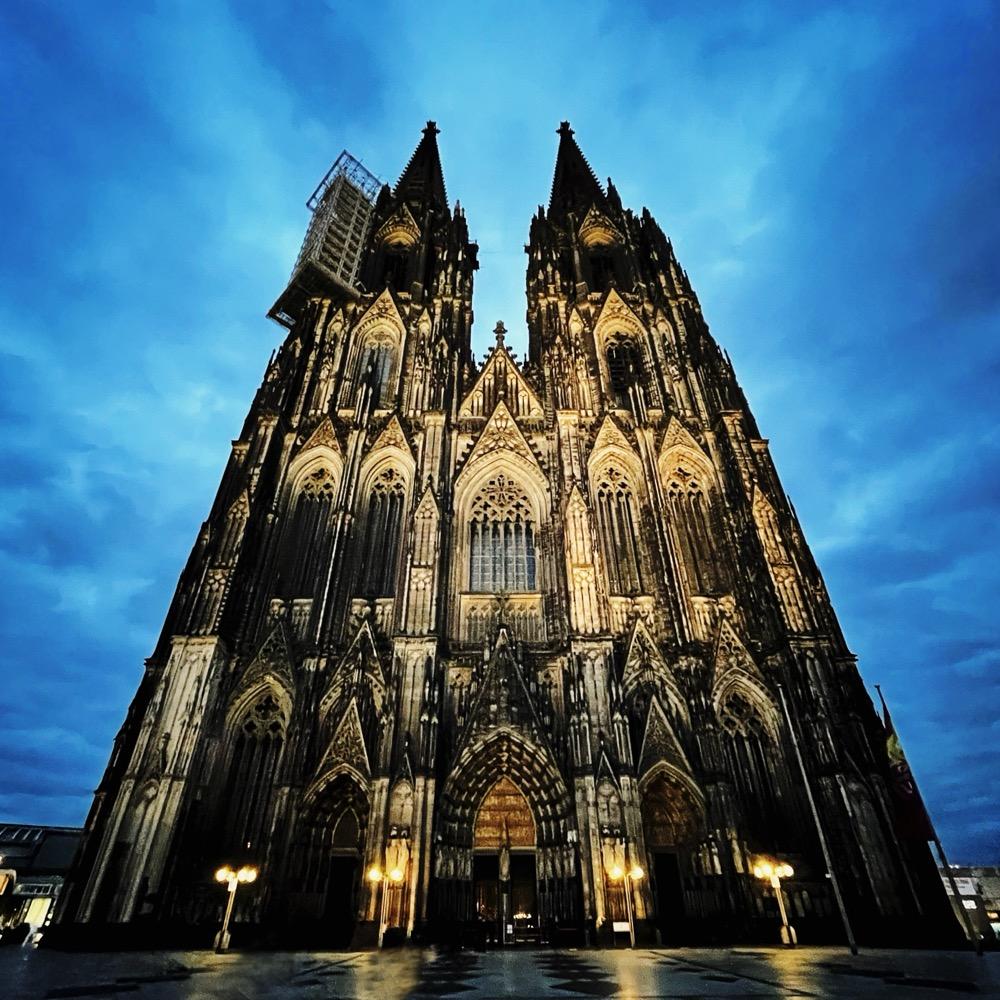 Kölner Dom aus Sicht der Domplatte
